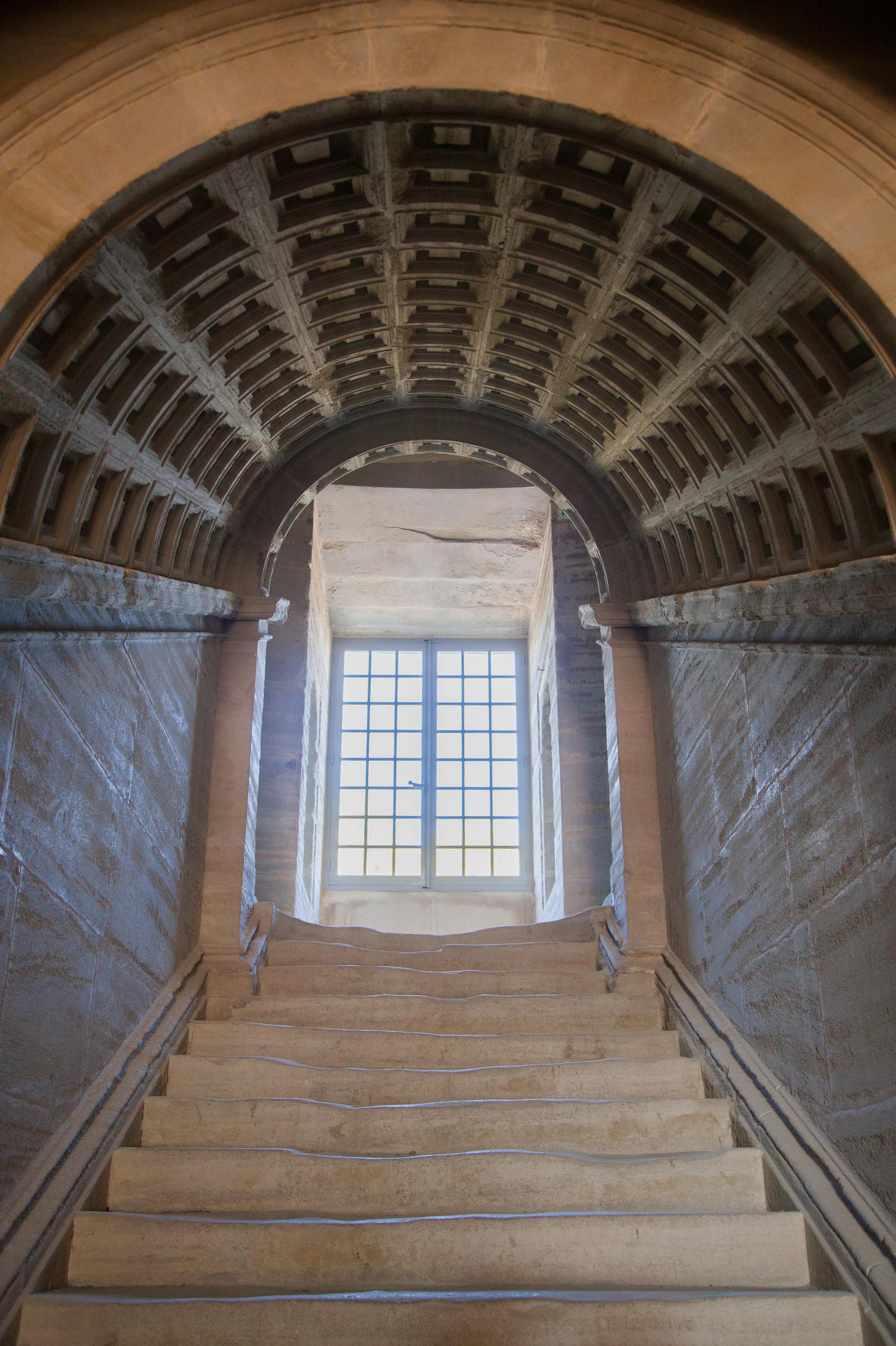 Sade Saumane escalier - Crédit Charlotte Huon de Kermadec
